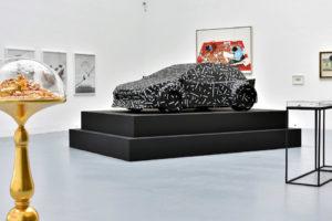 Rzeźba samochodu na wystawie Bogactwo w Zachęcie